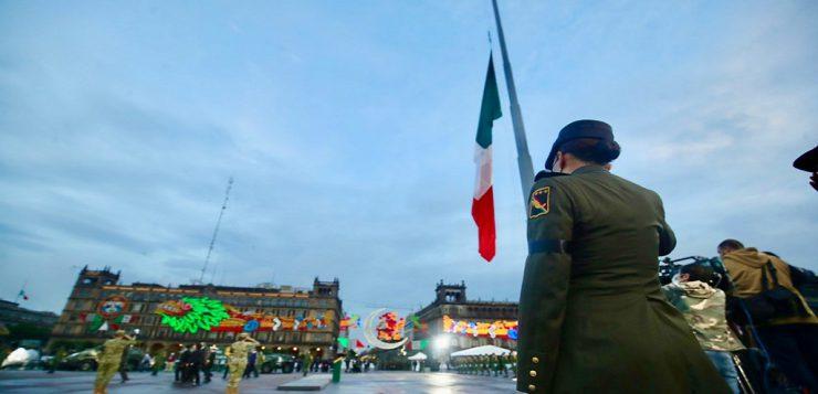 Bandera a media asta en memoria de víctimas de los sismos